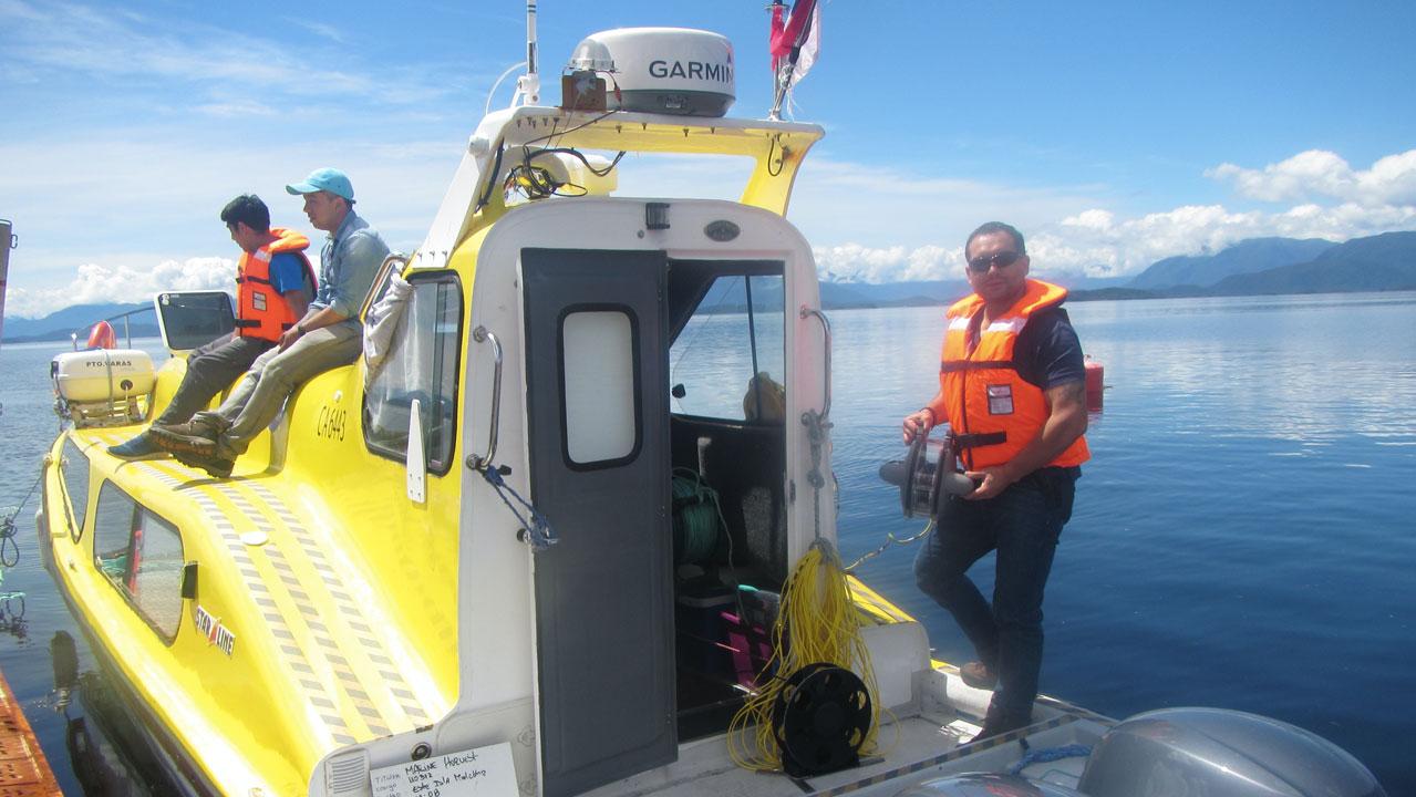 Equipo Patagonia Rov en barcaza